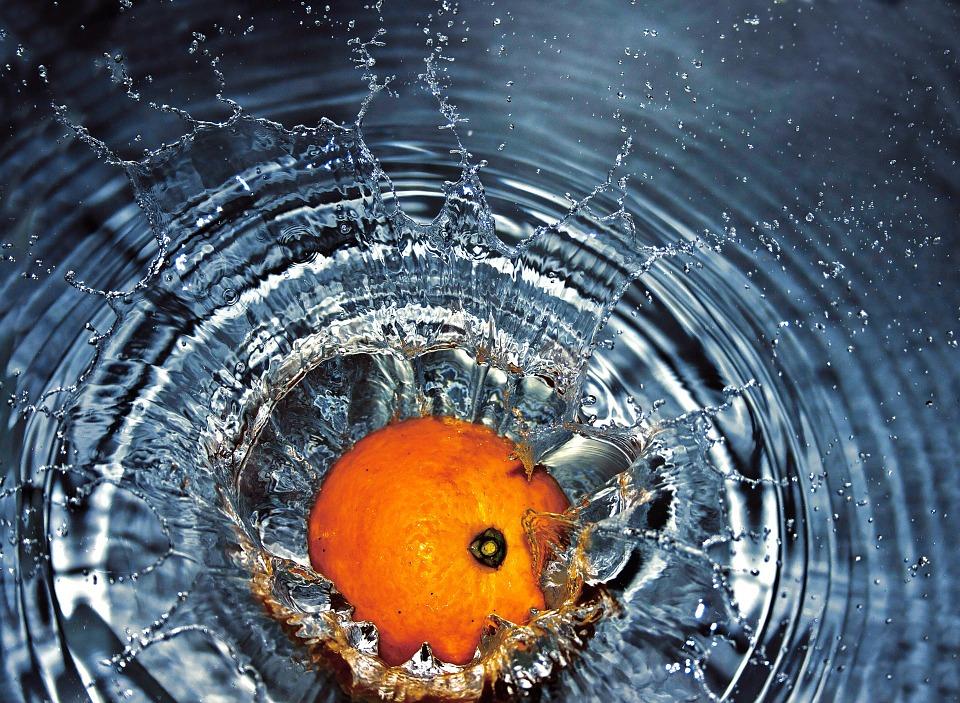 オレンジは浮く?沈む?子供が簡単に浮力を理解できる科学実験